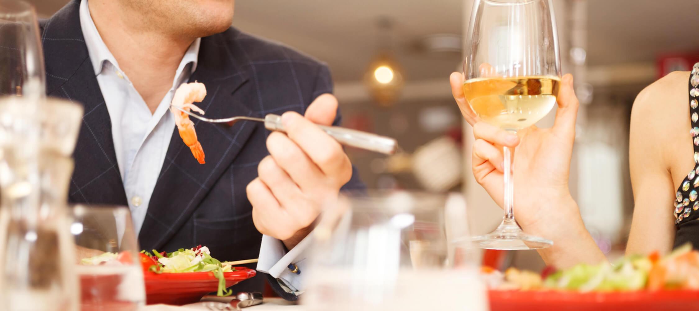 Restaurant_Tapas_Bar_The_Gallery_City_Hotel_Merano_Dinner_Paar_Menschen_Fisch_Salat_Wein_50983801_2250x1000