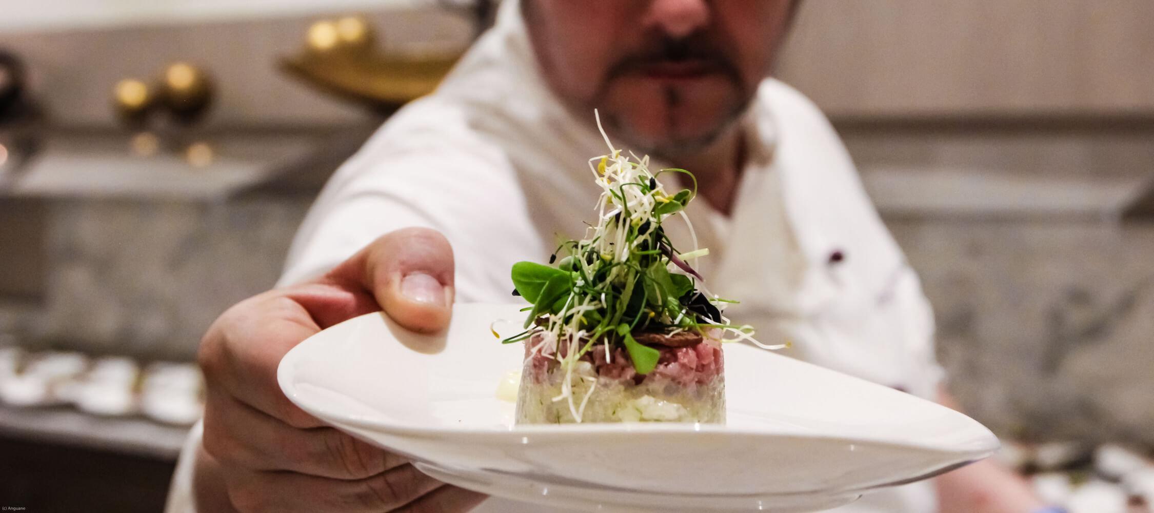 Restaurant_Tapas_Bar_The_Gallery_City_Hotel_Merano_Essen_Fisch_Tapas_Antipasto_Vorspeise_Hauptspeise_Dinner_Abend_Menu_Anguane_NY16-3687_2250x1000