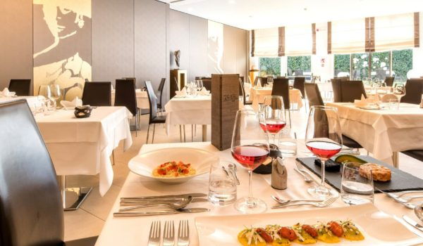 Restaurant with 112 seats City Hotel Meran. Airy and spacious, bright and modern. Terrace with Mediterranean atmosphere. We offer a large selection of italian and local wines. ©Florian Busch