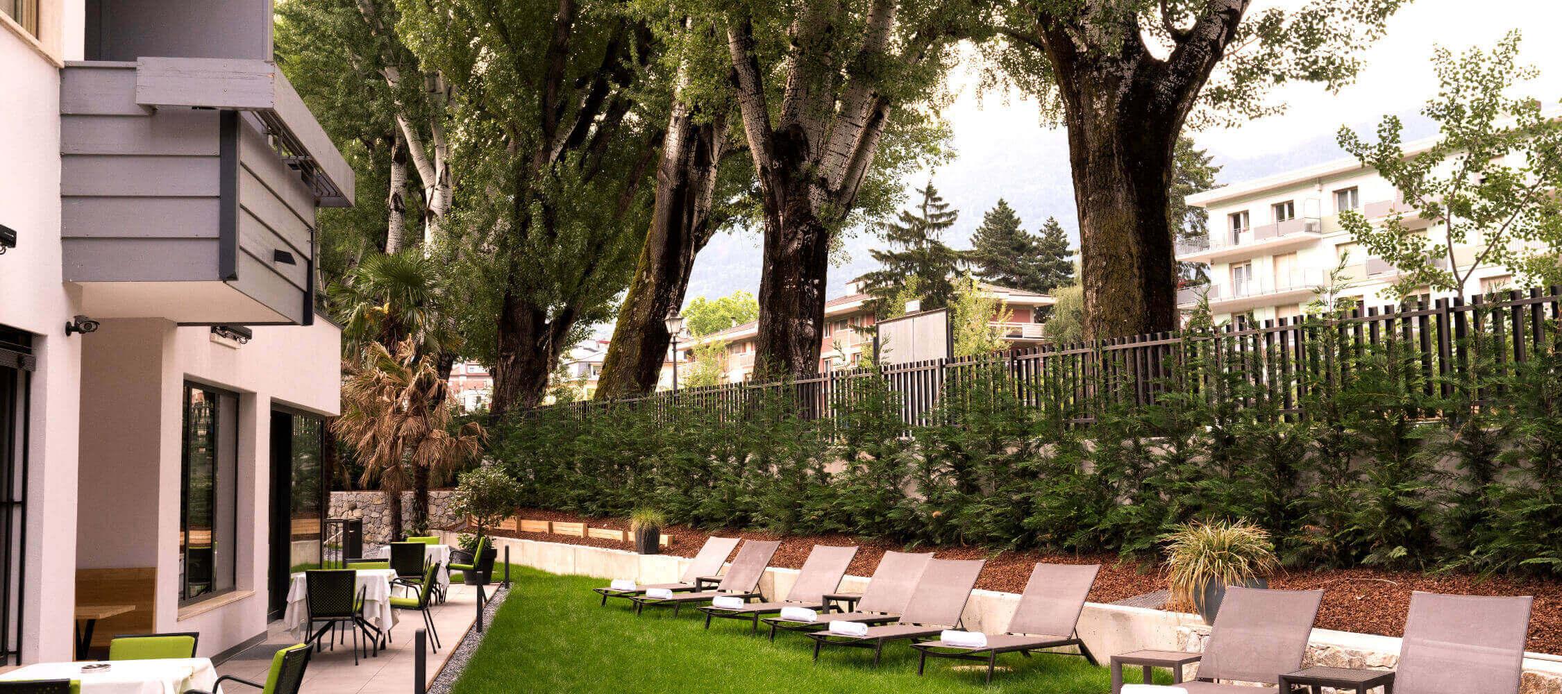 Hotel_Flora_Merano_Aussen_Terrasse_Schwimmbad_Garten_BeatricePilotto_DSC03519_2250x1000