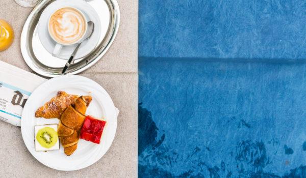 Beginnen Sie Ihren Tag in Meran mit einem wahren Genießerfrühstück vom großzügigen Buffet, im Sommer gerne auch auf der Poolterrasse.©Beatrice Pilotto