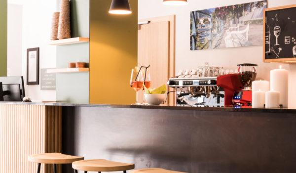 Die Hotelbar im Flora. Täglich von 07.00 Uhr bis 23.00 Uhr Barservice mit heißen und kalten Getränken und kleinen Snacks. Für Nachtschwärmer: Kühlschrank mit 24h-Getränke-Selfservice.©Beatrice Pilotto