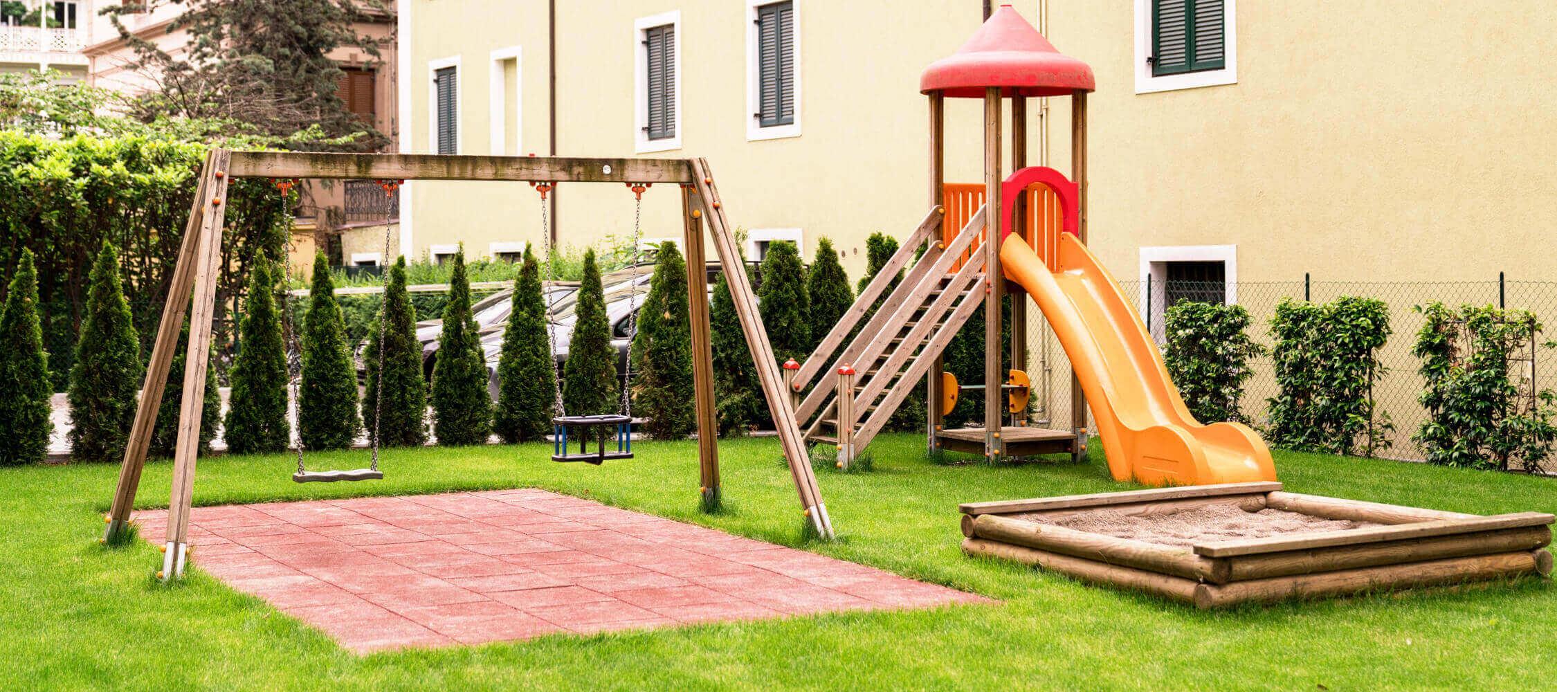 Hotel Flora, Meran, Südtirol, familiengerecht, 3-Sterne Aparthotel, zentrale Lage, Familienangebote, Kinderspielplatz, Garten, beheiztes Schwimmbad, Promenade, ruhig