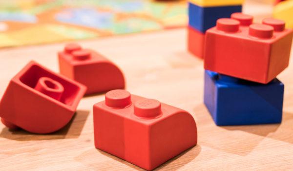 Günstige Kinderfestpreise, Zimmer und Suiten mit genügend Platz, kostenlose Kinderbetten, Freischwimmbad Spielzimmer und Spielplatz. ©Beatrice Pilotto