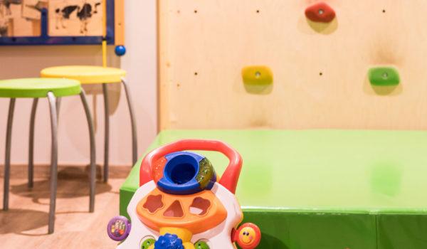 Der Kinderspielraum im Flora zum Toben und Spielen. Mit Tischfußball, Kletterwand,  Geschicklichkeitsspielen, Riesenlego. Familienurlaub in Südtirols Westen. ©Beatrice Pilotto
