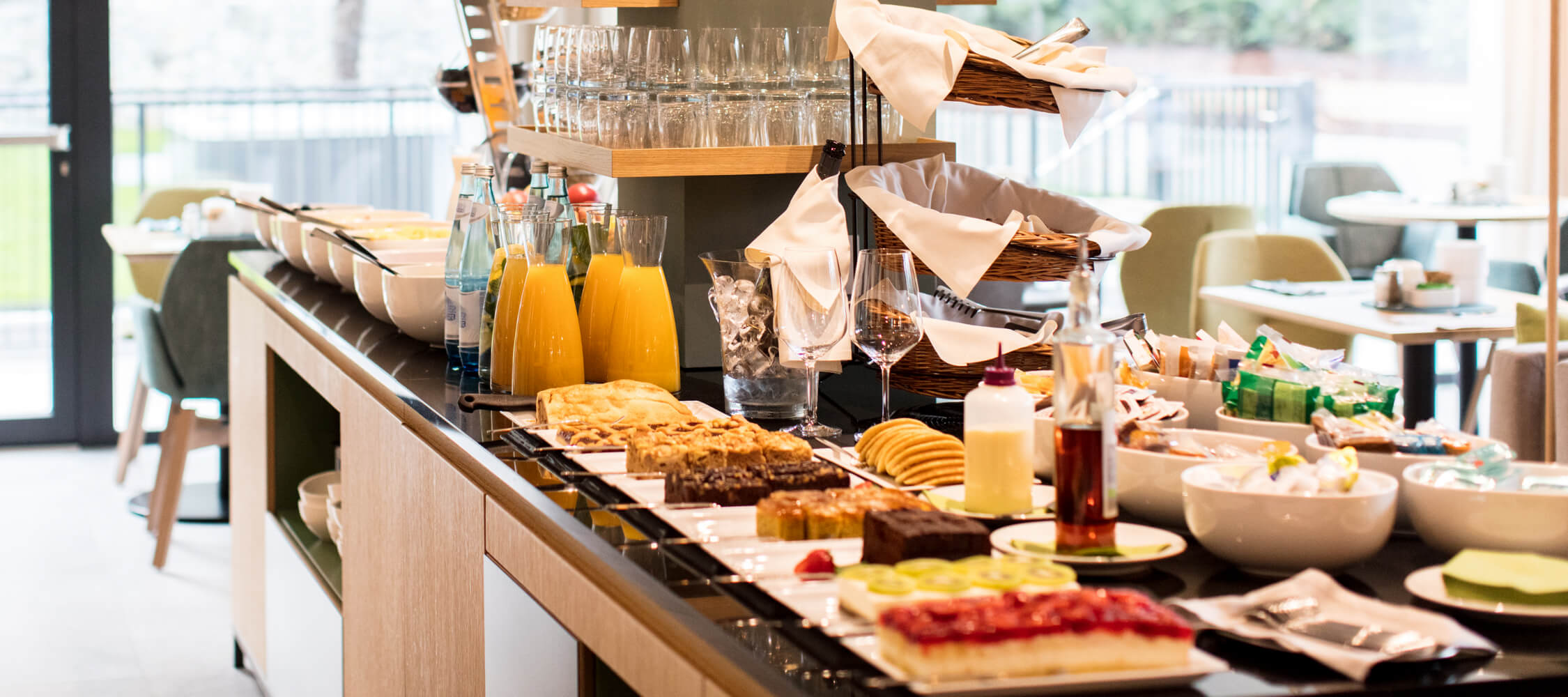 Hotel_Flora_Merano_Restaurant_Breakfast_Buffet_Fruehstueck_Essen_BeatricePilotto_3T1A3557_2250x1000