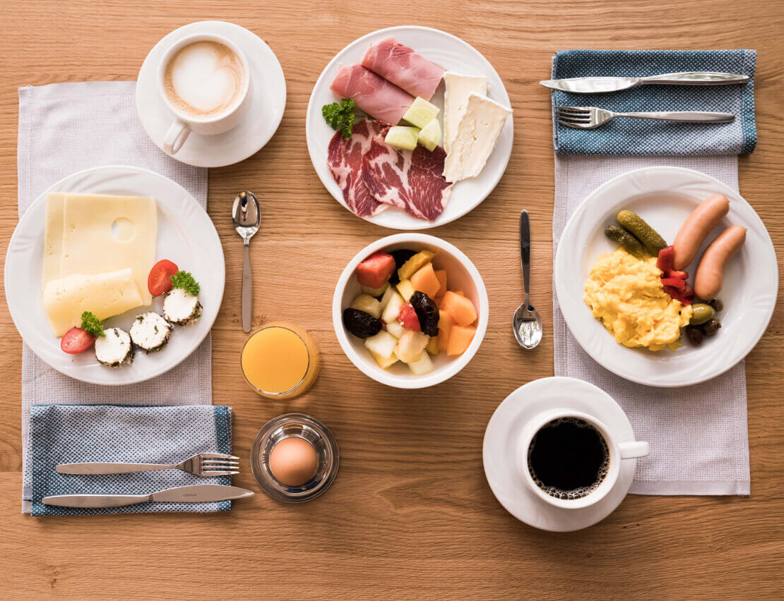 Hotel_Flora_Merano_Restaurant_Breakfast_Buffet_Fruehstueck_Essen_Tisch_BeatricePilotto_DSC03620_1110x852