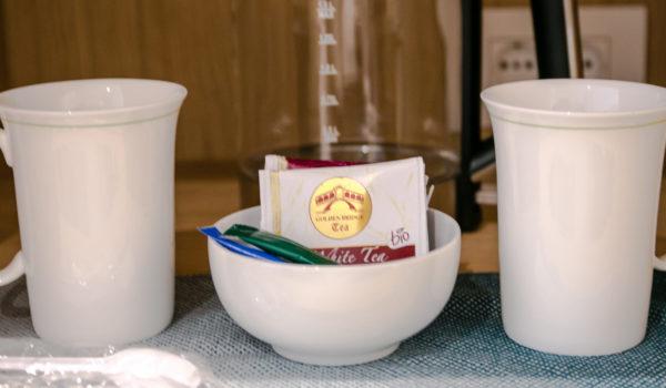 Kleine Tee-Ecke mit Wasserkocher und Kaffee. Für eine entspannte Auszeit zwischendurch.©Anguane