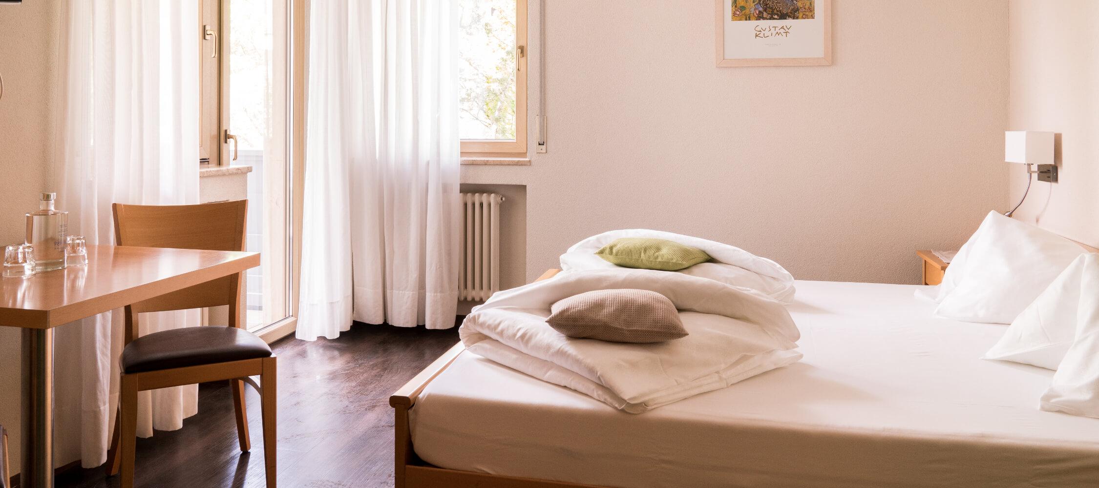 Hotel_Flora_Merano_Rooms_Doppelzimmer_Rose_DSC00953_BeatricePilotto_2250x1000