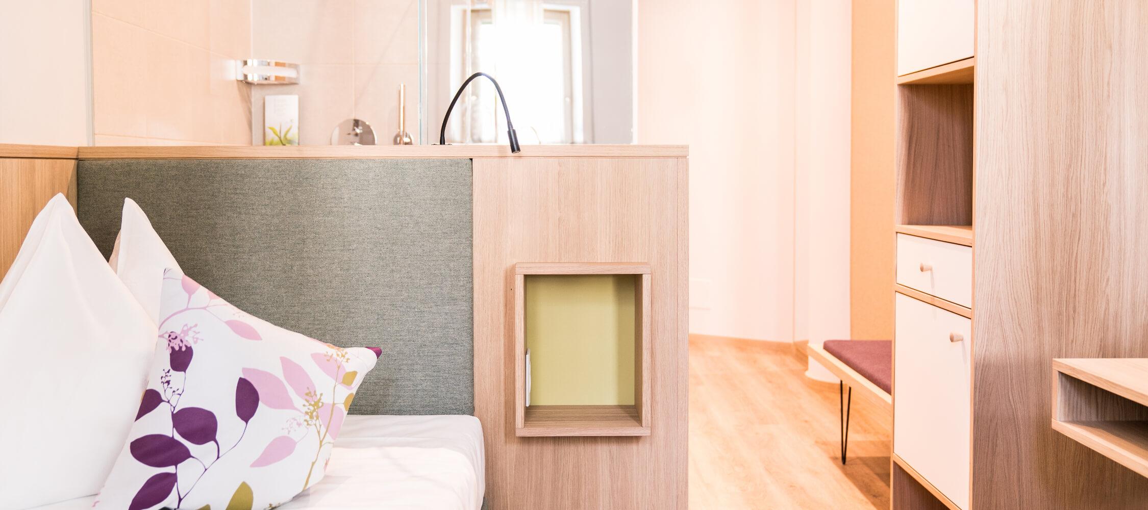 Hotel_Flora_Merano_Rooms_Einzelzimmer_Viola_DSC01052_2_BeatricePilotto_2250x1000