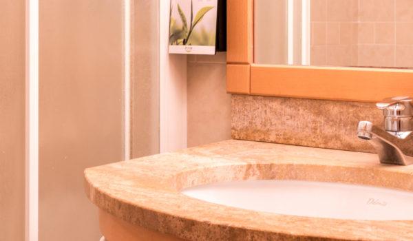 Das Doppelzimmer Camelia verfügt über ein helles Badezimmer mit Dusche, Bidet und WC. ©Beatrice Pilotto