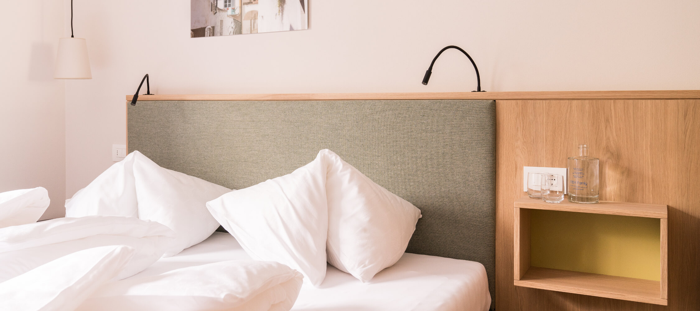 Hotel_Flora_Merano_Rooms_Komfort_Doppelzimmer_Jasmin_Bett_Detail_DSC00979_BeatricePilotto_2250x1000