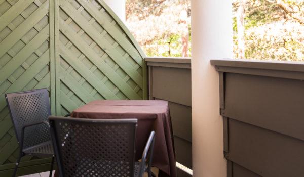 Die Lage zur Gartenseite bietet vor allem an heißen Sommertagen Schutz vor Hitze und taucht den offenen Raum in ein mildes, schönes Licht.©Beatrice Pilotto