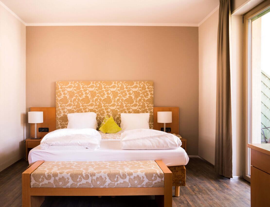 Hotel_Flora_Merano_Rooms_Suite_Amaryllis_Bett_DSC00913_BeatricePilotto_1110x852