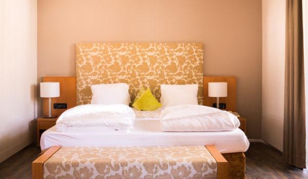 Barrierefreie Suite (40 m²) in Meran: stilvoll, offen, mit großem Balkon. Mit Sitzecke, King Size Bett, großem Tisch. WIFI gratis. Für bis zu 4 Personen.©Beatrice Pilotto