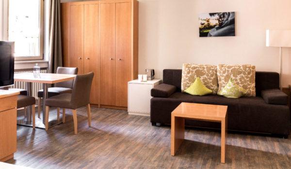 Schlaf-und Wohnraum: Mit King Size Doppelbett, Wohnbereich mit Doppel-Schlafcouch, großem Tisch und Balkon. Alle unsere Zimmer sind allergikerfreundlich und rauchfrei. ©Beatrice Pilotto