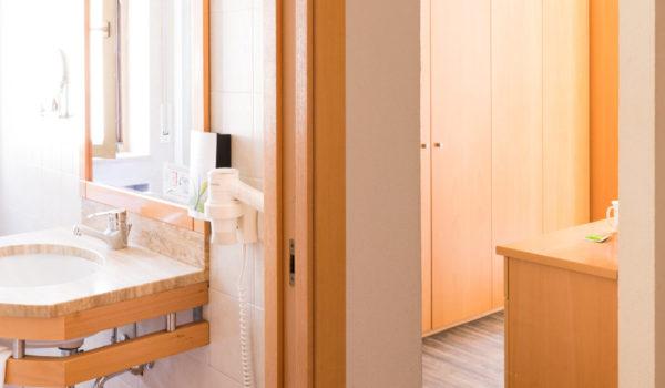2-Raum-Suite Tulpe: elegant, großzügig, ruhig, mit großem Balkon. 2 Räume für mehr Privatsphäre für Familien. Mit Küchenecke. Auch als Appartement buchbar. ©Beatrice Pilotto