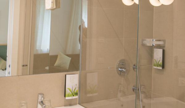 Tageslichtbad mit Dusche, WC und Bidet. Für Ihre Bequemlichkeit finden Sie Kosmetikspiegel, Föhn sowie Pflegeprodukte. ©Anguane