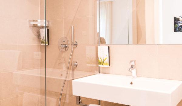 Für Ihre Bequemlichkeit finden Sie im Bad Kosmetikspiegel, Föhn sowie Pflegeprodukte. ©Beatrice Pilotto