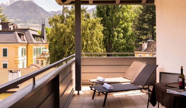 Die große, überdachte Terrasse (15 m²) besticht mit tollem Panorama zur Gartenseite. Wahlweise buchbar als Doppel-, Zweibettzimmer oder Doppelzimmer zur Alleinbenützung. ©Beatrice Pilotto