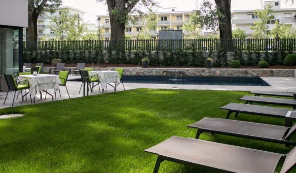 Das 3 Sterne Hotel in Meran Zentrum, direkt an der Flusspromenade, ist Ihr Ruhepool. Mit Schwimmbad, Garten, bequemen Liegen und Terrasse. Entspannung pur.©Anguane