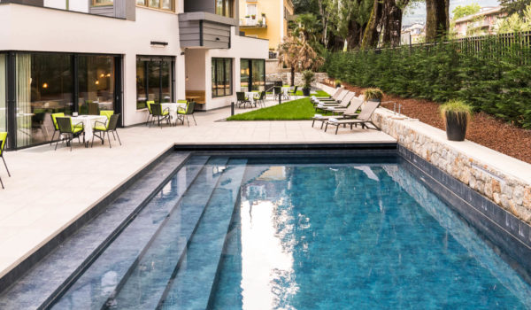 Flora's Herzstück ist der große Garten mit beheiztem Freischwimmbad, Whirlpool und bequemen Liegen. Der ideale Ort zur Erholung nach einem aufregenden Tag im Meraner Land.©Beatrice Pilotto