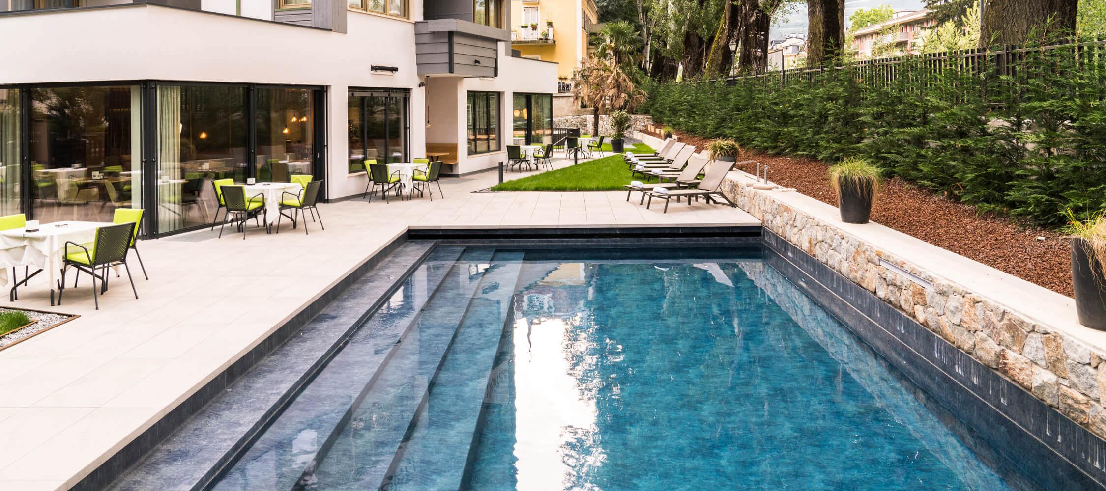 Hotel_Flora_Merano_Wellness_Garten_Freischwimmbad_BeatricePilottoDSC03527_2250x1000