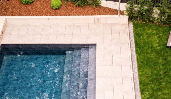 Vom Hotel Flora sind es nur 5 Gehminuten zur Therme Meran. Ideal für Ihre Erholung mit beheiztem Freischwimmbad, großem Garten, Whirlpool und Sonnenliegen.©Beatrice Pilotto