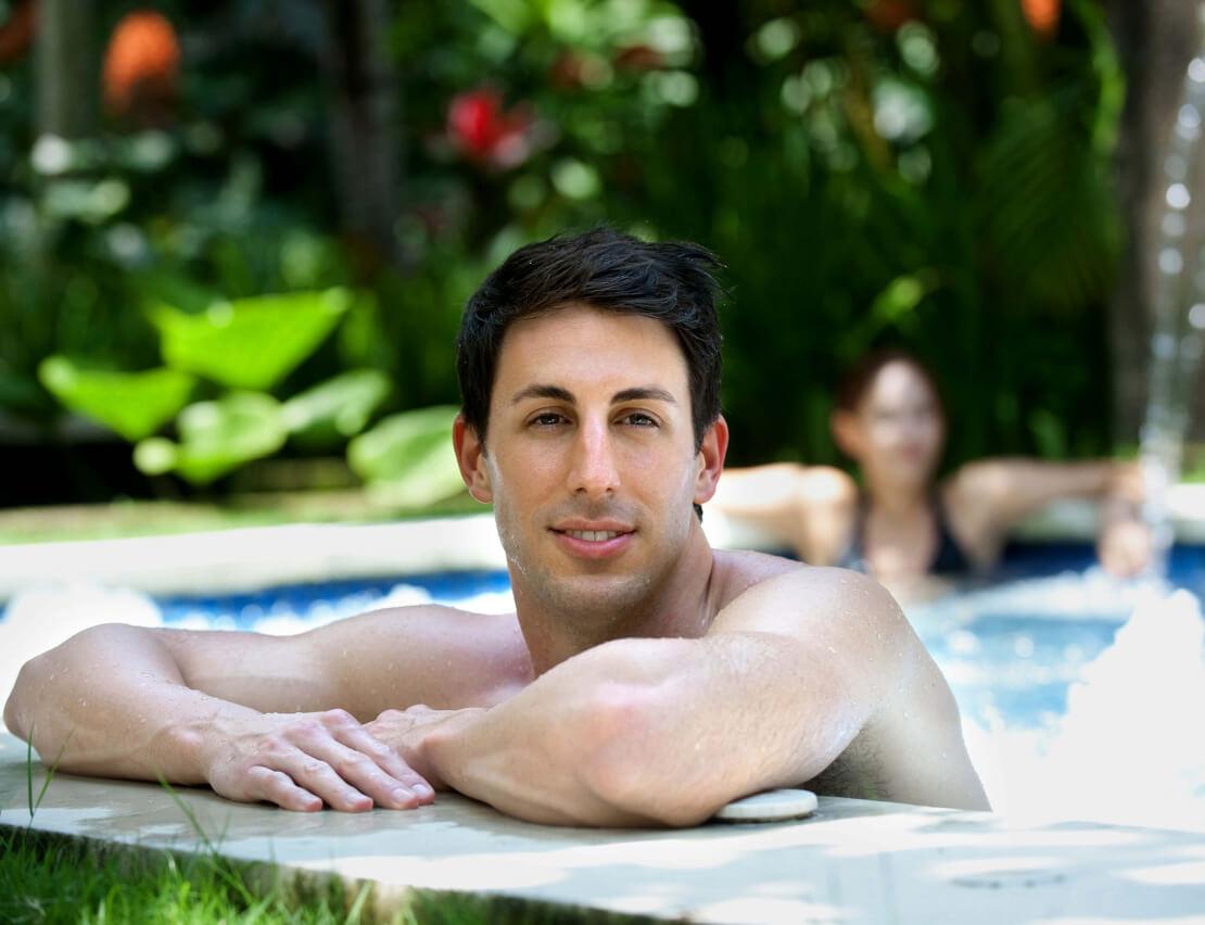 Hotel_Flora_Merano_Wellness_Garten_Freischwimmbad_Schwimmen_Mann_22675211_1110x852