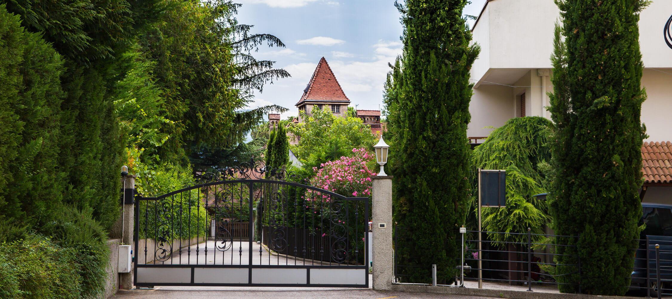 Hotel-Villa-Laurus-Merano-Aussen-Detail-Anguane-6785-2250x1000