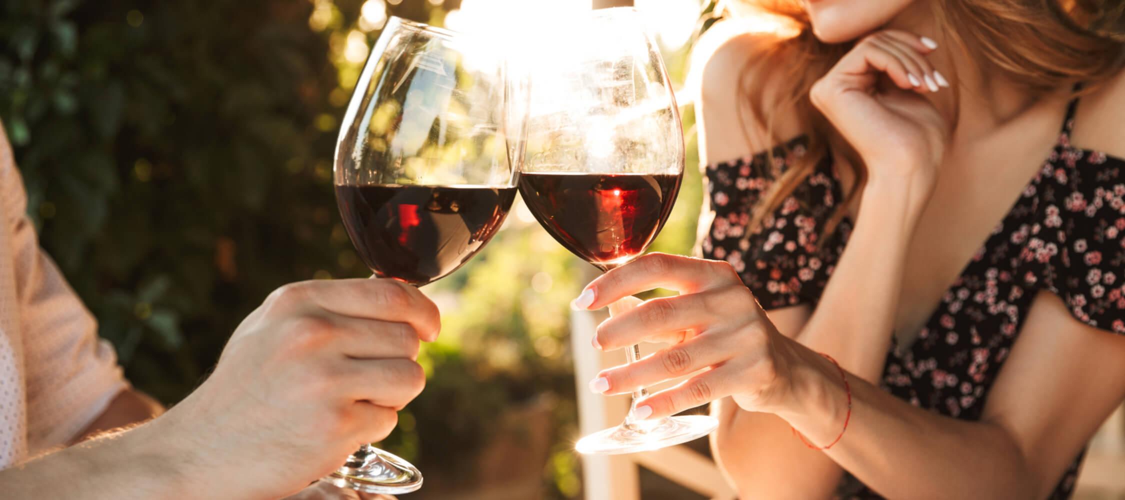 Hotel-Villa-Laurus-Merano-Bar-Drink-Wein-Paar-Frau-Detail-217162430_L-2250x1000