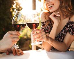 Hotel-Villa-Laurus-Merano-Bar-Drink-Wein-Paar-Frau-Detail-217162430_L-255x202