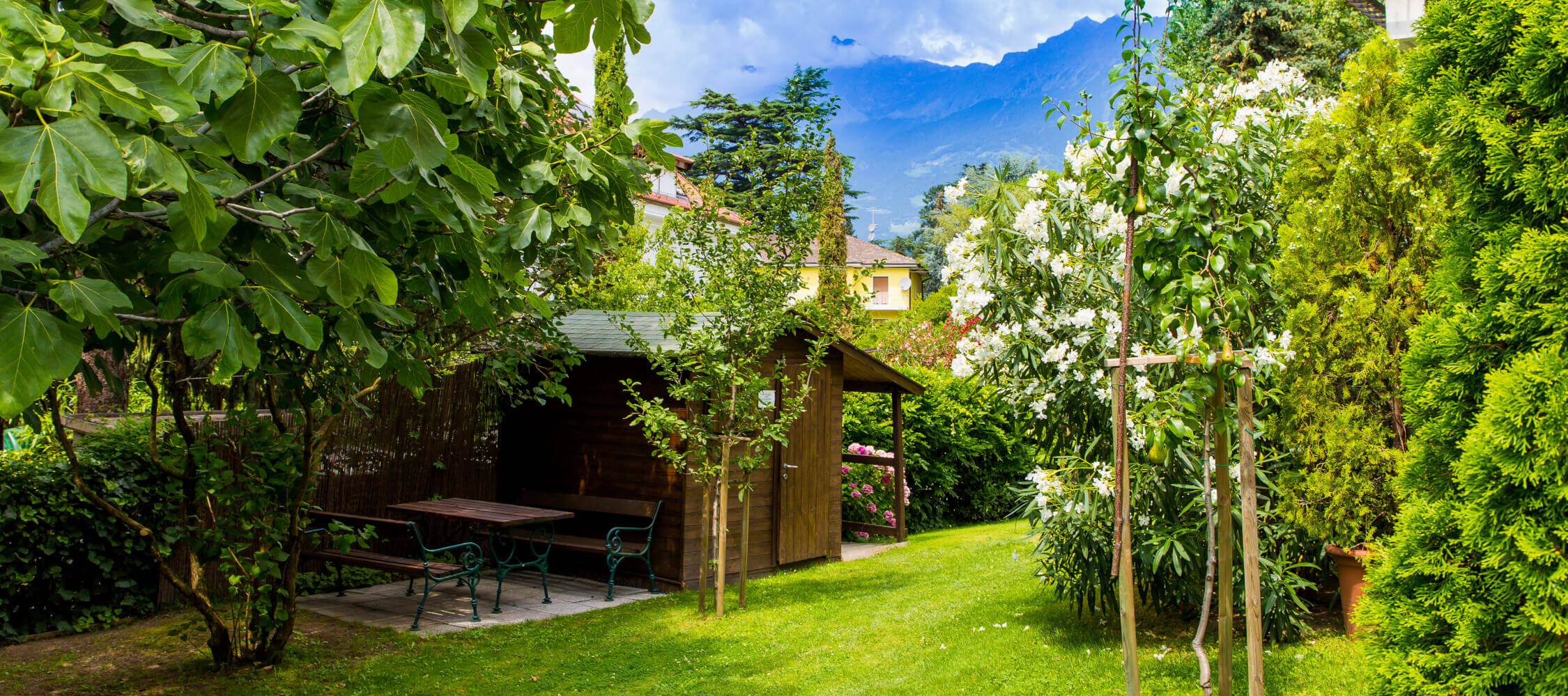 Hotel-Villa-Laurus-Merano-Garten-Detail-Anguane-6824-2250x1000