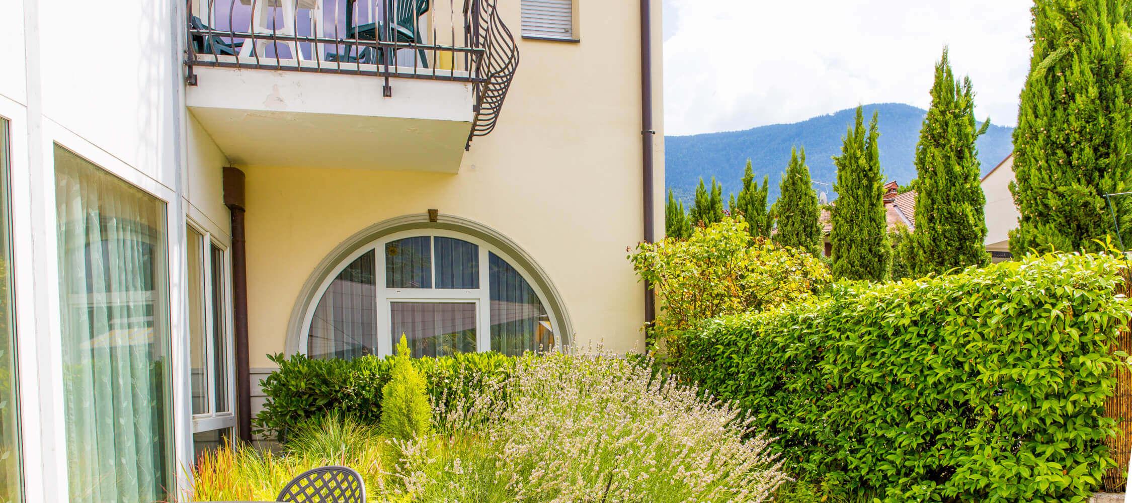 Hotel-Villa-Laurus-Merano-Garten-Terrasse-Detail-Anguane-6801-2250x1000