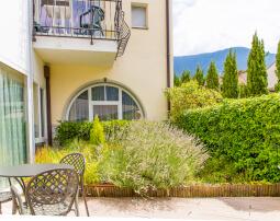 Hotel-Villa-Laurus-Merano-Garten-Terrasse-Detail-Anguane-6801-255x202