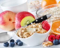 Hotel-Villa-Laurus-Merano-Restaurant-Breakfast-Buffet-Fruehstueck-Essen-Cerealien-Obst-96947297_L-255x202