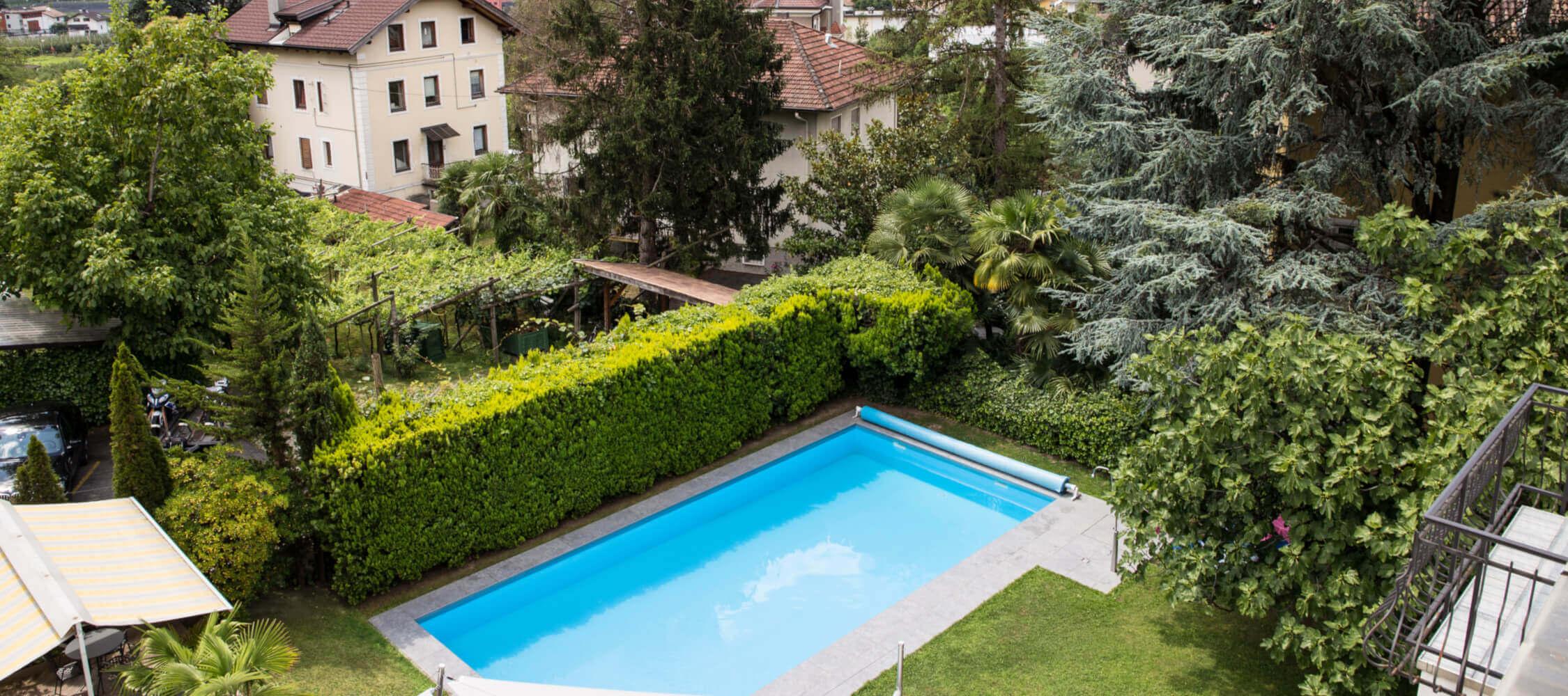 Hotel-Villa-Laurus-Merano-Rooms-Balkon-Panorama-Sued-Anguane-6900-2-2250x1000