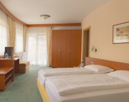 Hotel-Villa-Laurus-Merano-Rooms-Doppelzimmer-Deluxe-Vita-Anguane-6841-255x202