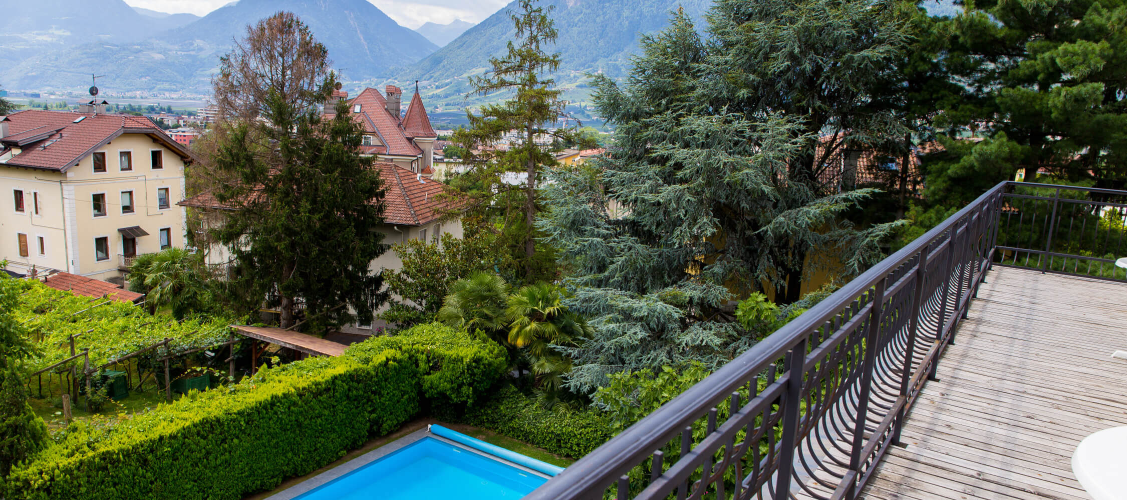 Hotel-Villa-Laurus-Merano-Rooms-Doppelzimmer-Komfort-Aria-Balkon-Panorama-Anguane-6901-2250x1000