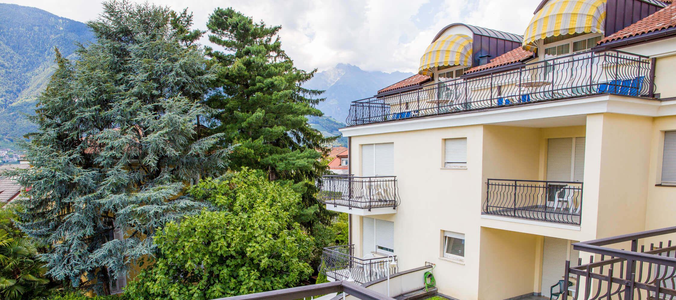 Hotel-Villa-Laurus-Merano-Rooms-Doppelzimmer-Komfort-Aria-Balkon-Panorama-Sued-Anguane-7033-2250x1000