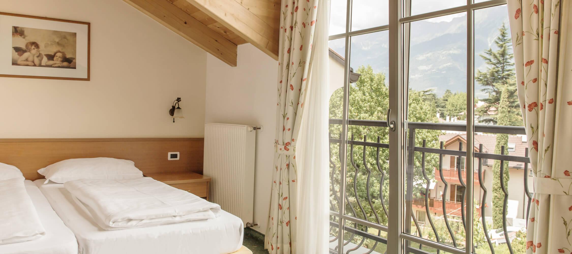 Hotel-Villa-Laurus-Merano-Rooms-Doppelzimmer-Vista-Anguane-6944-2250x1000