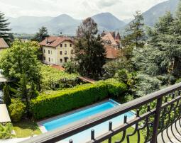 Hotel-Villa-Laurus-Merano-Wellness-Garten-Pool-Panorama-6895-255x202