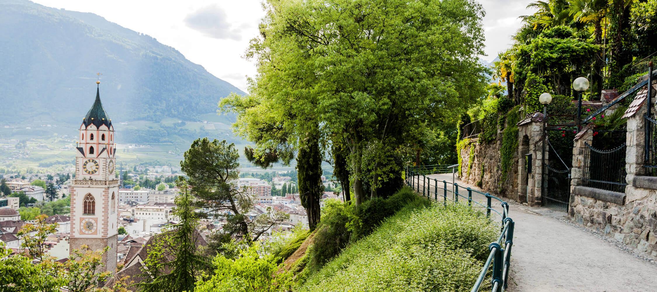 Italien-Trentino_Suedtirol_Alto_Adige_Merano_Meran_Natur_Panorama_Talkessel_Tappeinerweg_Stadt_110871940_2250x1000