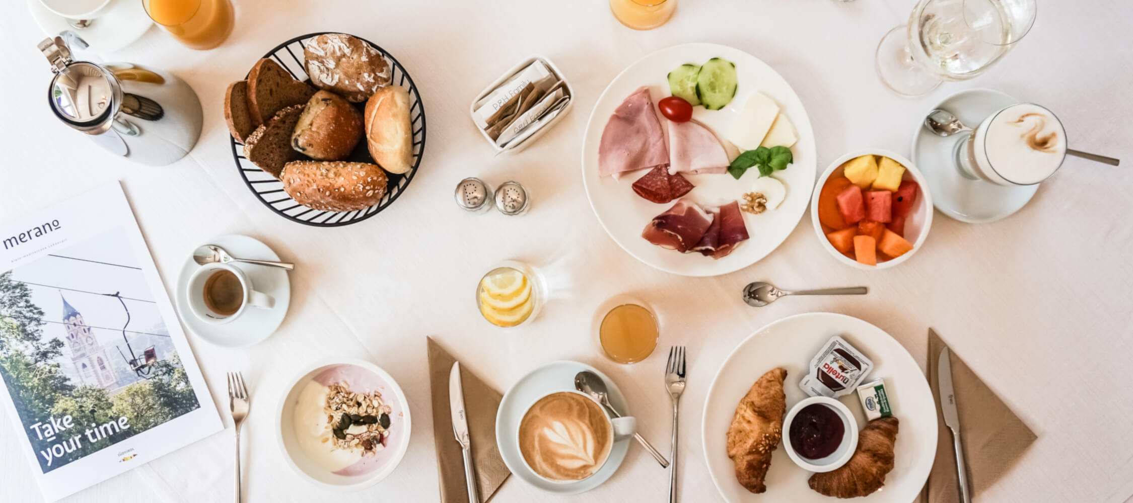Hotel-Villa-Laurus-Merano-Bar-Lounge-Breakfast-Fruehstueck-Tisch-Anguane-05997-2250x1000