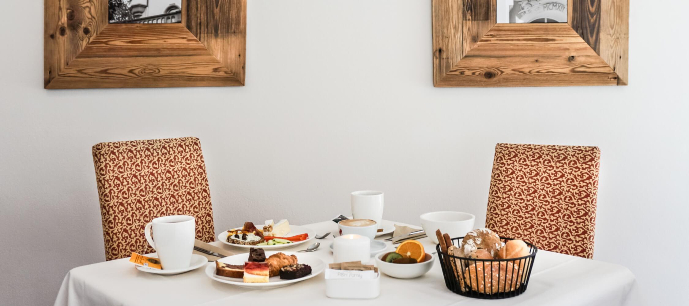Hotel-Villa-Laurus-Merano-Bar-Lounge-Breakfast-Fruehstueck-Tisch-Anguane-06024-2250x1000