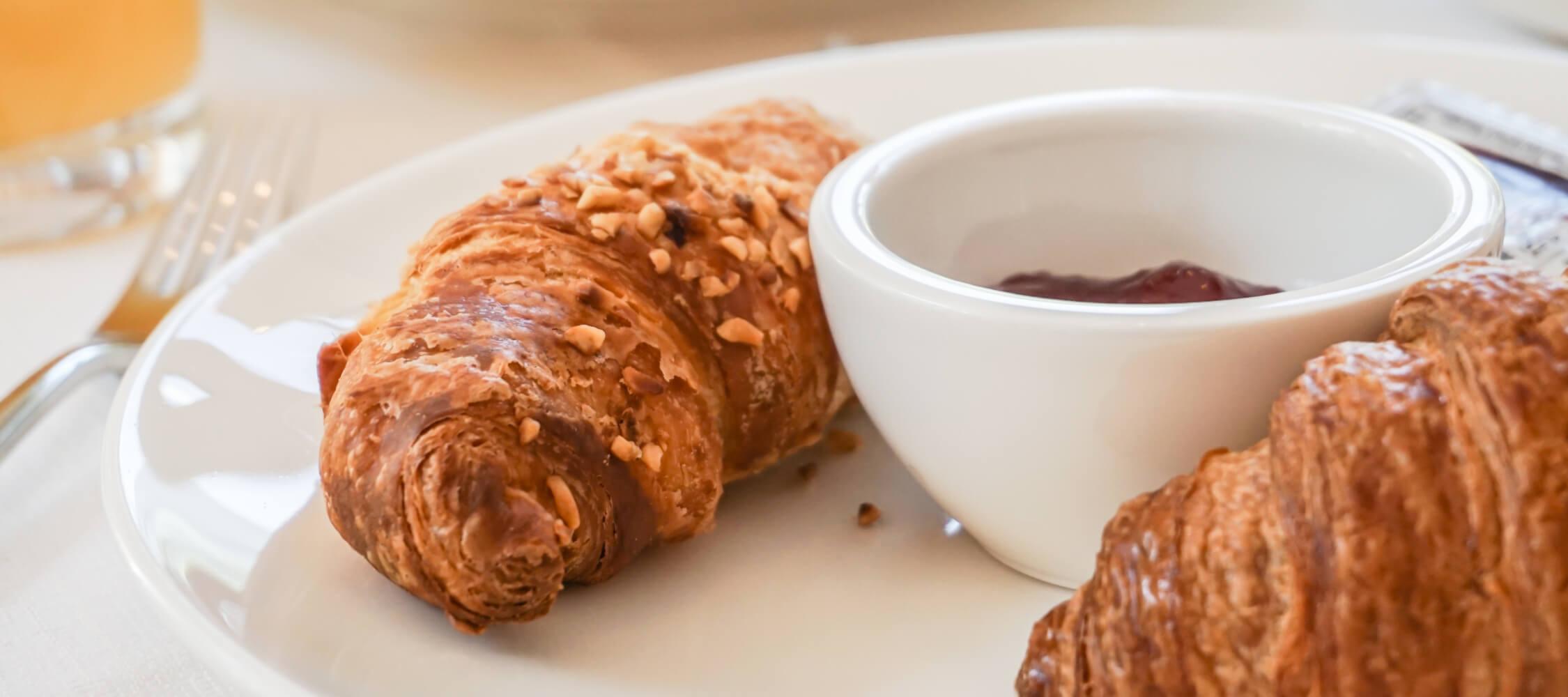 Hotel-Villa-Laurus-Merano-Restaurant-Breakfast-Buffet-Fruehstueck-Food-Sweets-Brioche-Anguane-05994-2250x1000