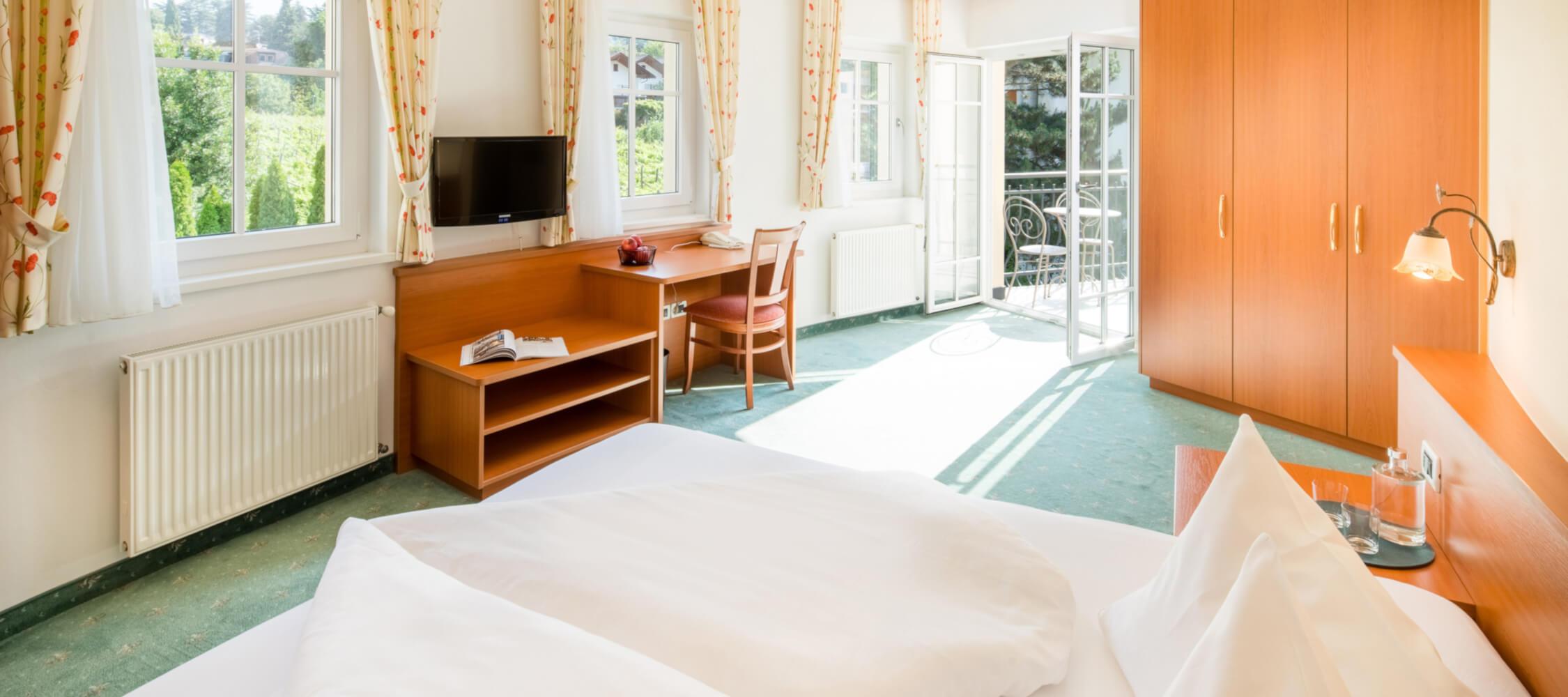 Hotel-Villa-Laurus-Merano-Rooms-Doppelzimmer-Deluxe-Vita-201-FlorianBusch-4-2250x1000