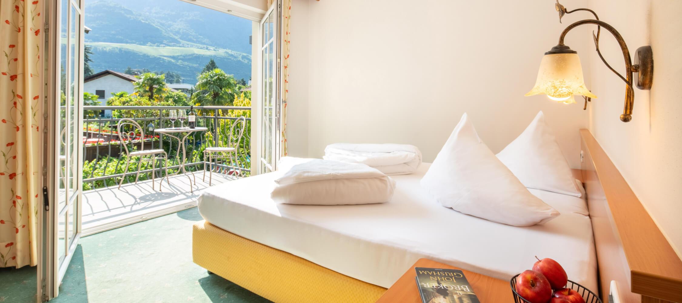 Hotel-Villa-Laurus-Merano-Rooms-Doppelzimmer-Flair-209-FlorianBusch-6-2250x1000