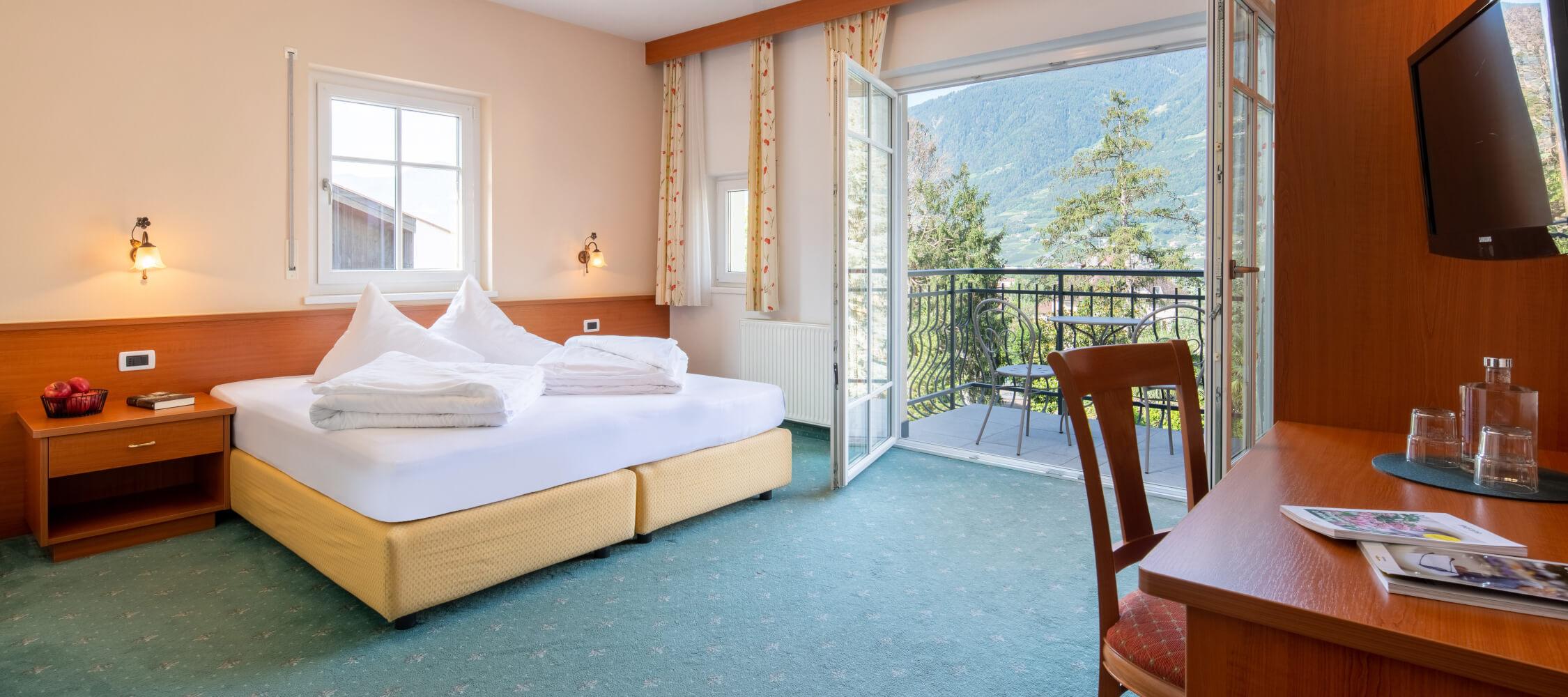 Hotel-Villa-Laurus-Merano-Rooms-Doppelzimmer-Komfort-Aria-212-FlorianBusch-7-2250x1000