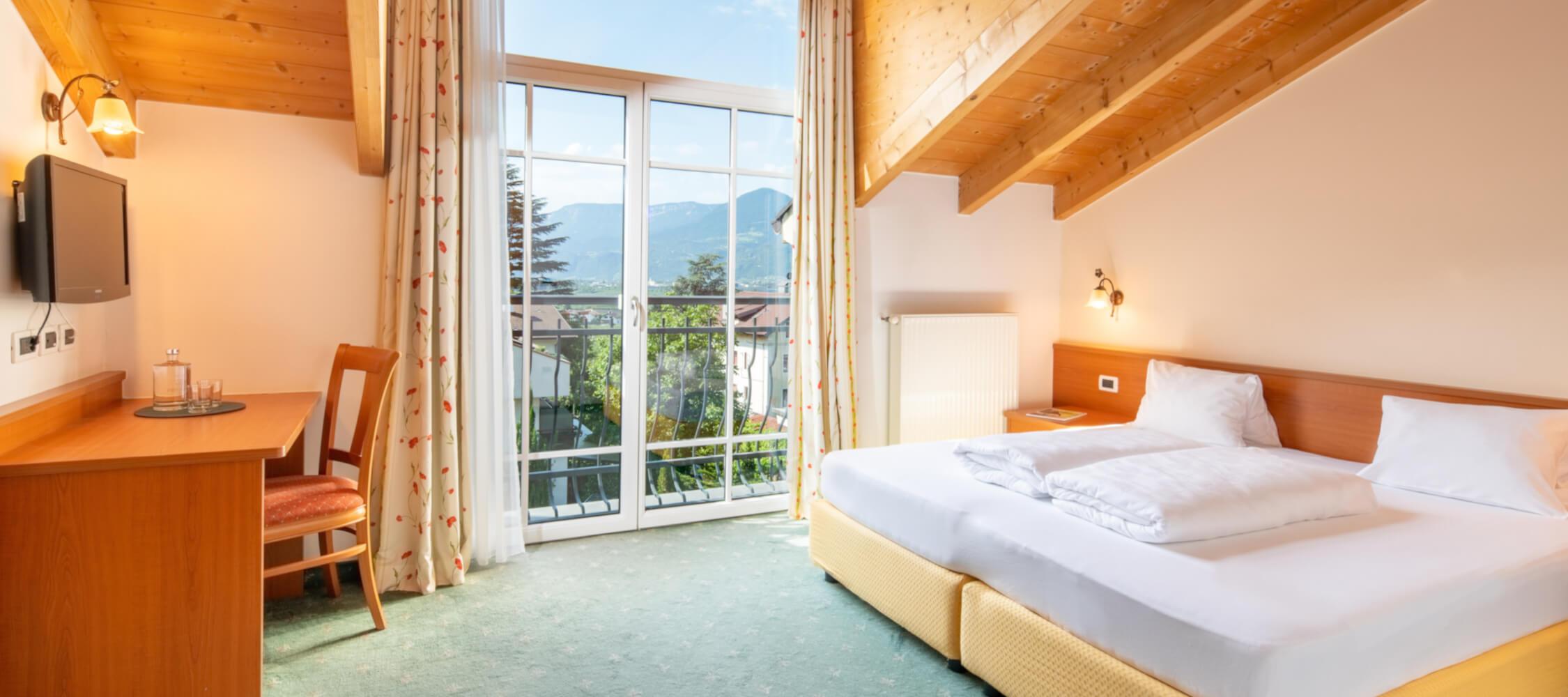 Hotel-Villa-Laurus-Merano-Rooms-Doppelzimmer-Vista-301-FlorianBusch-12-2250x1000